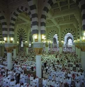 muslim_praying_madina_al_munawara