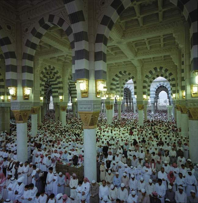 muslim_praying_madina_al_munawara